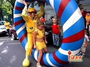 клоуны с надувным реквизитом